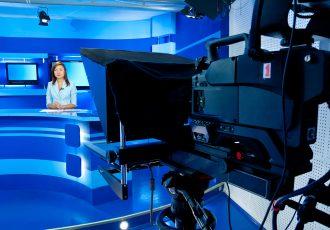 カメラを向けられるアナウンサー