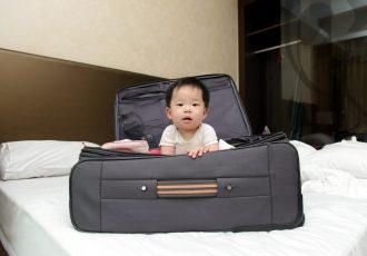 スーツケースに入った赤ちゃん