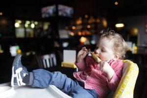 レストランで食事をする赤ちゃん