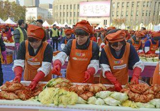 キムジャン文化祭でキムチを漬ける人々