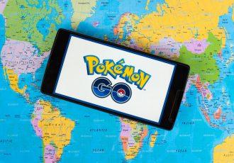 世界地図の上のポケモンGO