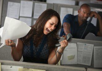 サービスの悪い電話先の相手に怒る女性