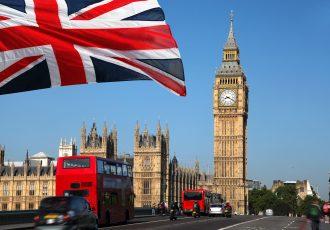 ロンドンのビッグベンとイギリス国旗