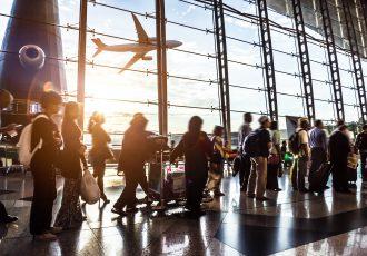 空港で列に並ぶ旅行者