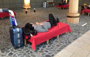 羽田空港で雑魚寝するスタッフ