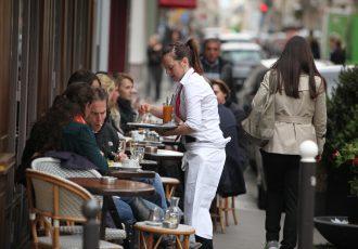 パリのカフェで注文する