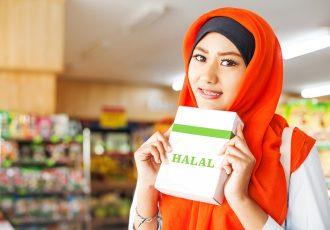 ハラールフードを買うイスラム教徒の女性