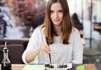 日本食を食べる外国人女性