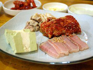 韓国のゲテモノ料理ホンゴォフ(エイの刺身)ェ