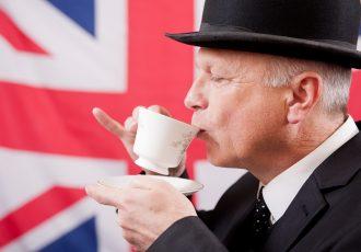 アフタヌーンティーを楽しむ英国紳士