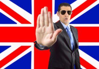 イギリス国旗の前でストップジェスチャー
