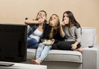 ドラマを見る外国人女性