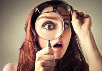 虫眼鏡を持つ外国人