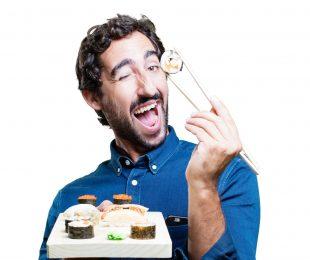 寿司を持つ外国人男性
