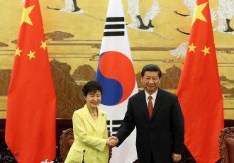 握手をする中韓代表