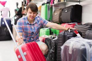 スーツケースを選ぶ男性