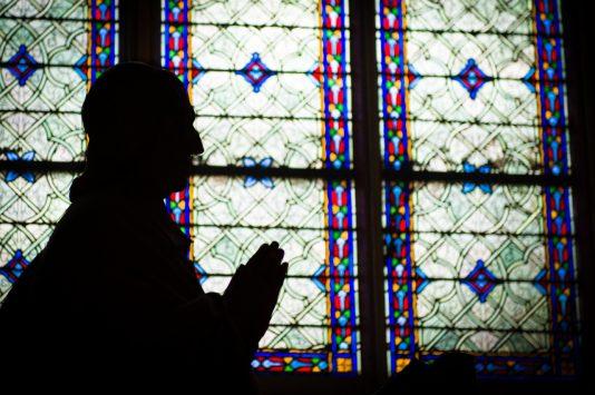 ノートルダム大聖堂で祈りを捧げる信者