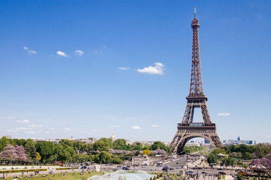 晴天のパリにたつエッフェル塔