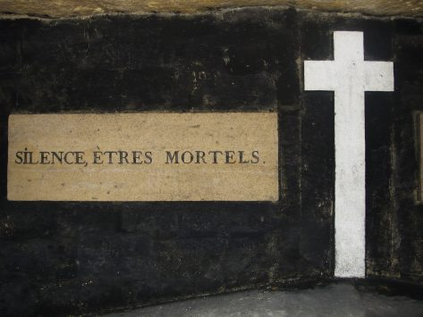 entrance of Catacombs in paris