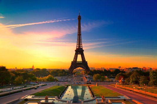 エッフェル塔と夕暮れのパリ