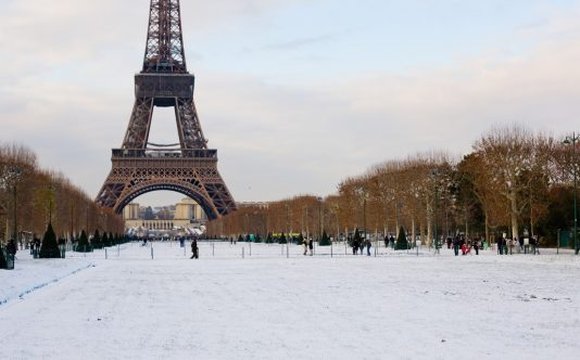 snow in fornt of effel tower, paris climate