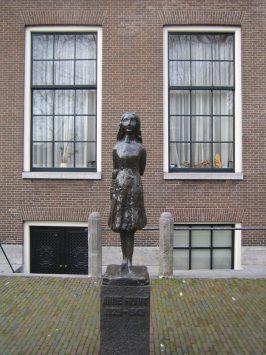アンネフランクの家の前にある銅像