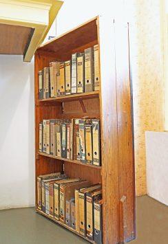 アンネフランクの家に展示されている当時の本棚