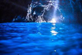 青の洞窟に差し込む光