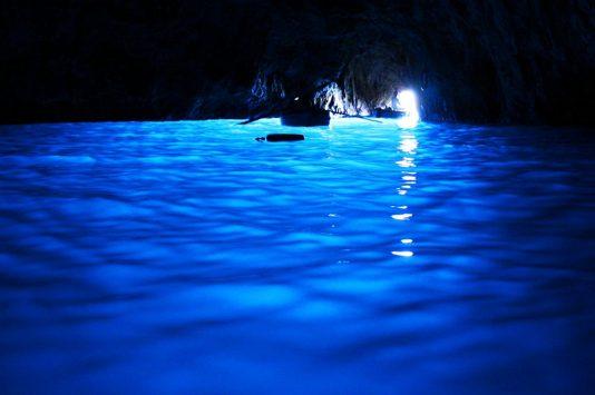 青の洞窟に入る船