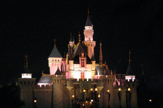 ライトアップされた「眠れる森の美女」のオーロラ姫の城