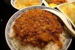白飯の上にそぼろ肉を乗せて甘辛タレで味付けした、ルーロウファン