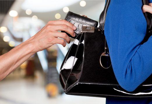 バッグから財布を盗むスリ