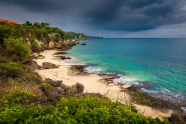 エメラルドグリーンのジンバラビーチ