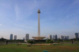 ムルデカ広場にたつ独立記念塔