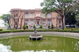 州立ピナコテッカ美術館の噴水と外観