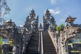 装飾が施されたブサキ寺院の階段と入り口