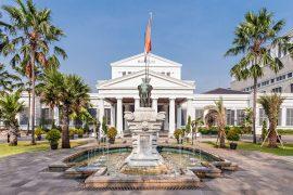 国立博物館(ジャカルタ)の入り口前の像