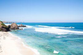 クタビーチの青い海
