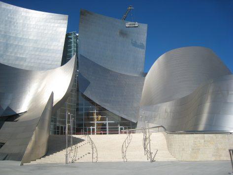 ウォルト ディズニー コンサートホールの個性的なデザインの外観