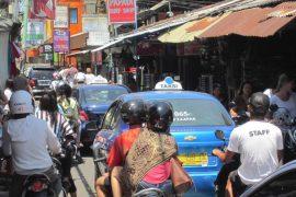 バリ島のクタ地区を走るタクシー