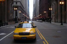 シカゴの街を走るタクシー