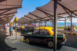 バリのタクシースタンドに停車しているタクシー