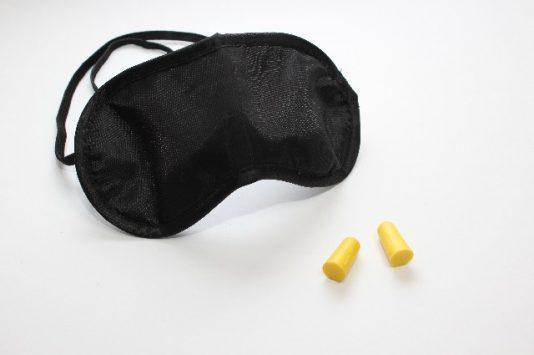 飛行機内での睡眠手段のアイマスクと耳栓