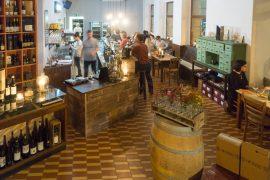 ヴァインツェントラーレでワインを楽しむ人達