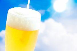 青空の下でビール